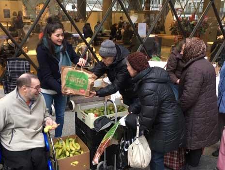 Geschenk #12 war eine Spende an Jutta's Suppenküche. Durch die Spenden konnten 100 Weihnachtstüten mit Lebensmitteln an Bedürftige übergeben werden