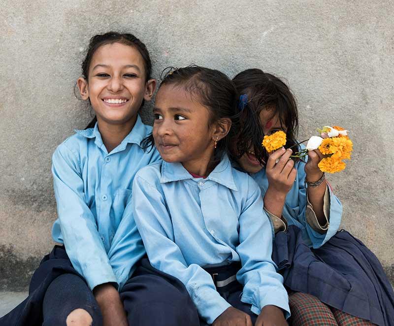 Drei Schulkinder in Nepal