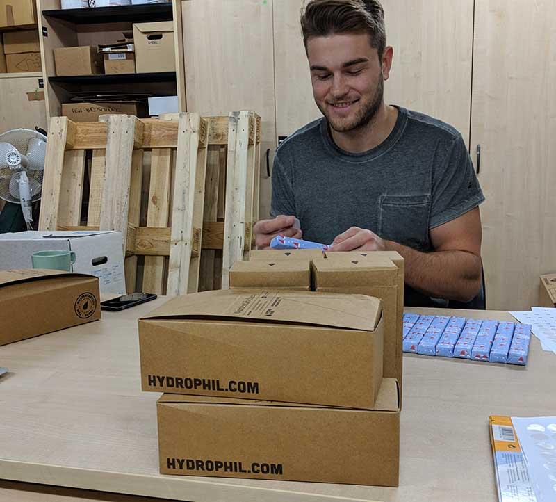 Josias verpackt Geschenke für den Adventsome Adventskalender