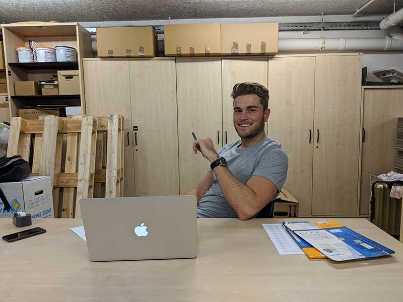 Josias am Schreibtisch im Co-Working Space in Köln