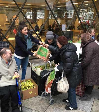 Lea verteilt Weihnachtstüten an Bedürftige